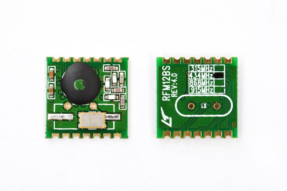crisstel.ro Transmitator Radio Brick RFM12B și Arduino Transmițătorul radio este un modul brick de emisie/recepție radio ISM ce poate funcționa în 3 game de frecvente: 433 868 și 915 Mhz Varianta actuala a modulului brick lucrează în frecventa de 433 Mhz și poate realiza transfer de date la viteze de pana la 115Kbps pe o distanta de cel mult 300m Modulul se alimentează la 3.3V și se conectează împreuna cu placa Arduino printr-un set de fire de conexiune mama-tata Transmițătorul radio este disponibil în 2 variante prima varianta compatibila cu dispozitivele ce funcționează la o tensiune de 5V iar a doua varianta compatibila cu dispozitivele ce lucrează la 3.3V Varianta care funcționează la 5V poate fi adaptata foarte ușor pentru a funcționa la 3.3V iar varianta care funcționează la 3.3V poate fi adaptata sa lucreze la 5V în aceeași maniera Pentru ca transmițătorul să funcționeze la 5V trebuie sa dezlipești sau să separi cei 3 jumperi de pe placă Poți realiza lipirea și dezlipirea cu ajutorul unui starter kit basic modulul îți permite sa transferi date dintr-o placa Arduino către alta în ambele sensuri Acest lucru devine foarte util atunci când dorești să realizezi o rețea wireless într-un mod simplu și ieftin