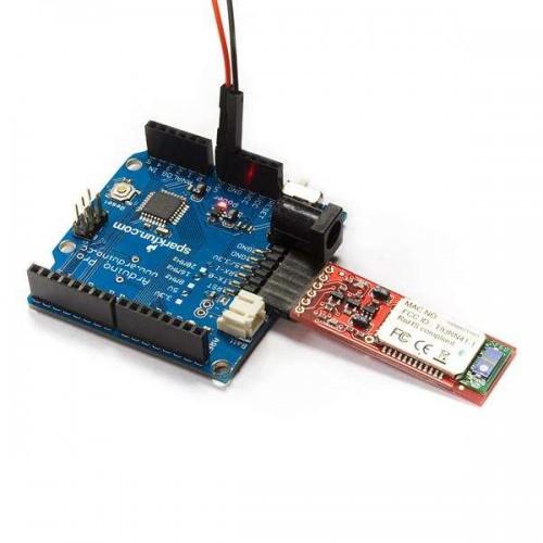 crisstel.ro Cum se conectează 2 conectori Bluetooth Mate + Arduino Cum se conectează 2 conectori Bluetooth Mate + Arduino Conectorul Bluetooth Mate Silver iți permite să transmiți și să recepționezi date valori sau informații într-un mod simplu și ușor Conectorul iți permite sa transmiți datele sub aceeași forma pe care le-ai transmite folosind Monitorul Serial din Arduino adică folosind perechea de fire RX si TX În acest tutorial vei descoperi cum se pot împerechea 2 conectori Bluetooth Mate și cum poți transmite de la un capăt la celalalt date sau informații Folosind o pereche de conectori Bluetooth nu vei mai fi obligat sa mai folosești fire lungi și vei putea sa realizezi comunicația intre 2 puncte pe o distanta de 100 m Conectorul Bluetooth Mate poate interacționa cu laptopuri telefoane mobile sau chiar și alți conectori din aceeași familie asa ca nu vei fi limitat în cazul proiectelor alese In continuare vei realiza o conexiune intre 2 conectori Bluetooth Mate Componentele de mai sus te vor ajuta să pui la punct o conexiune Bluetooth între 2 plăci Arduino De această dată trebuie să conectezi un conector Bluetooth Mate la o placa Arduino iar celalalt conector la cealaltă placă Diagrama de conectare pentru ambii conectori este aceeași asa că tot ce trebuie sa faci este să