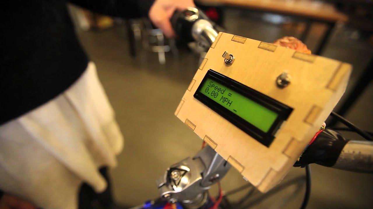 crisstel.ro Arduino – vitezometru Vitezometru este acel instrument care îți indica viteza de deplasare a unui vehicul Un astfel de vitezometru se poate construi în mai multe variante O variantă foarte simplă este să folosești un switch magnetic (switch reed) care indica viteza de rotație a unei roti Switch-ul reed este un switch care este acționat în prezenta unui camp magnetic El se închide sau se deschide la prezenta câmpului și se închide la dispariția acestuia adică revine la starea inițială switch-urile reed se pot utiliza în mai multe situații cum ar fi ca să observi dacă o ușă a fost deschisa sau închisa (împotriva infractorilor) Cum se construiește un vitezometru pentru biciclete ? Se poate construi un vitezometru pentru biciclete folosind o placa Arduino un switch reed un magnet și un afișaj LCD Magnetul se montează pe o spiță a bicicletei iar switch-ul reed pe cadrul acesteia În timpul plimbării cu bicicleta magnetul fixat de spiță trece prin vecinătatea switchului Ori de câte ori se întâmplă acest lucru switch-ul reed transmite un semnal plăcii Arduino Calculul vitezei de deplasare Pentru a calcula efectiv viteza de deplasare vei avea nevoie de numărul de rotații pe minut al roții Numărul se înmulțește cu circumferința roții adică: 2 x π x raza [în metri]