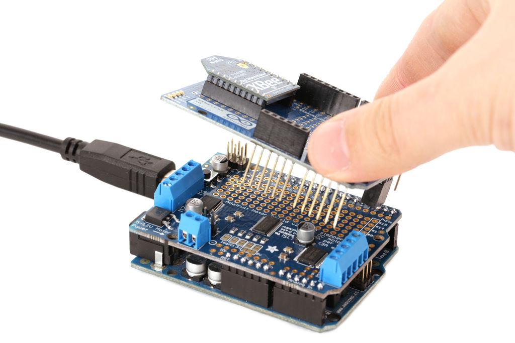 crisstel.ro Despre Shield-uri Arduino Shield-urile Arduino reprezintă o modalitate foarte simplă de a extinde funcționalitățile Arduino pinii acestuia se potrivesc perfect peste pinii plăcii Arduino pinii shield-ului sunt prelungiți în sus cu conectori de tip mama înfipți în pinii Arduino Fiecare shield utilizează anumiți pini pentru a se conecta cu Arduino Acești pini nu mai pot fi folosiți în același timp cu shield-ul se poate întâmpla chiar să avem doua shield-uri care utilizează aceeași pini acești pini se conectează pe deasupra cu pini tata-tata cu alți pini Arduino nefolosiți s-ar putea sa fie nevoie sa faci modificări în librăria asociata senzorului sau sa modifici doar codul sursa din programul tău