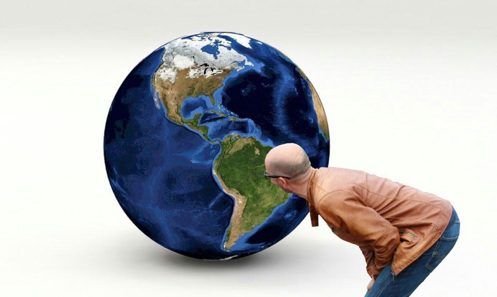 crisstel.ro Când vrem să ne orientăm în teren după punctele cardinale (Nord, Est, Sud și Vest), drept origine considerăm o linie imaginară care corespunde direcției Nord- Sud și care trece prin polii geografici ai Pământului adică Polul Nord și Polul Sud.
