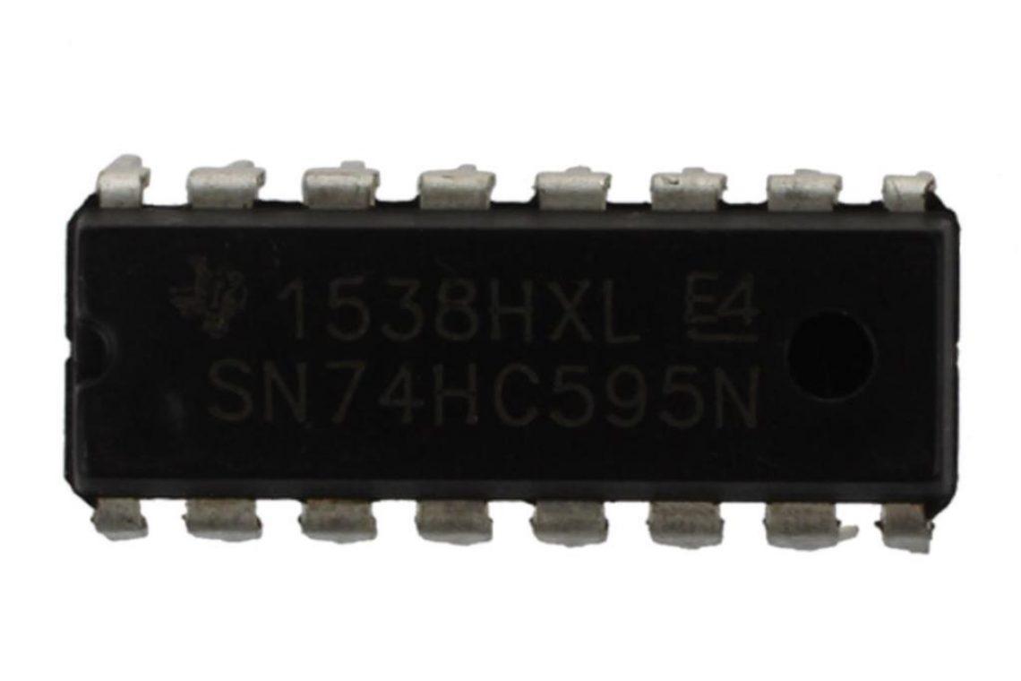 crisstel.ro Circuit integrat 74HC595 cimunicație comanda comunicația pini Arduino cum extinzi numărul pinilor folosind circuitul integrat 74HC595 Se întâmplă uneori să rămâi fără suficienți pini pe placa Arduino și să nu mai poți comanda leduri motoare și senzori iți permite sa adaugi o extensie în plus fata de numărul actual de pini ce se găsesc în acest moment pe placa Arduino În termeni generali circuitul integrat are un set de pini grupați pe intrări și pe ieșiri Practic acest circuit iți permite sa controlezi 8 ieșiri folosind doar 3 pini de comanda (cele 3 intrări) este posibil mulțumită unui protocol de comunicație intre circuite integrate numit: comunicație serială sincrona Comunicația serială sincronă presupune folosirea unui singur pin de date, a unui singur pin de clock și a unui pin de Enable În cazul circuitului integrat 74HC595, toate stările celor 8 pini pe care dorești să ii comanzi sunt transmiși prin pinul de intrare Data Tipul de comunicație serială sincronă este putin diferita fata de cea asincronă În cazul cele asincrone pe pinul de date se transmit și biții de sincronizare și în situația asta se eliberează pinul de clock
