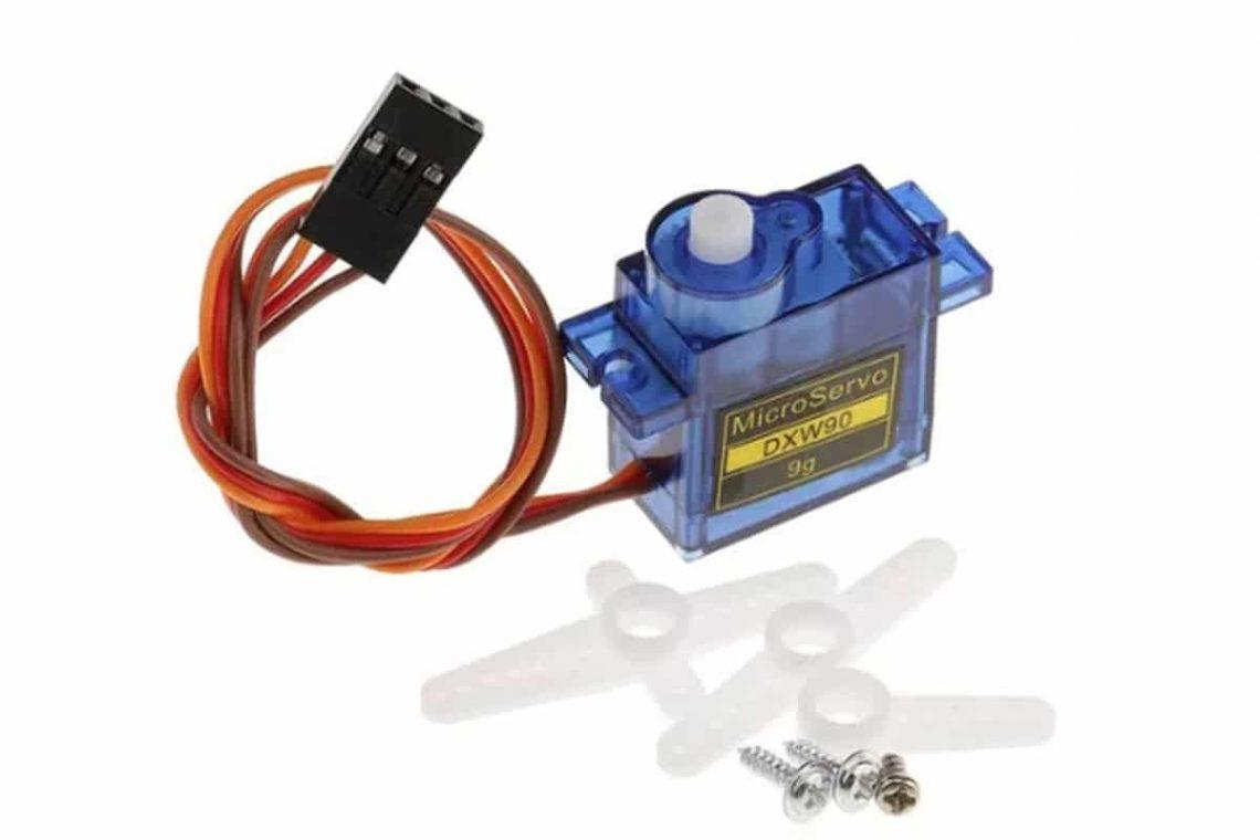 crisstel.ro Servo și Arduino Servomotorul este un element component al unui sistem care funcțional implică poziții relative reglabile între anumite elemente componente ale sale servomotorul este elementul component care acționează direct sau indirect asupra elementelor componente cu poziții relative reglabile servomotorul poate avea poziție fixă blocat pe sistem în imediata lui apropiere sau poate fi conținut în subsistemul unui element cu poziție reglabilă Brațul robotic utilizează 4 potențiometre prin care se efectuează comanda servomotoarelor Brațul robotic poate ridica obiecte ușoare dar acest aspect depinde și de tipul servomotoarelor folosite Este vorba de un controller de servomotoare construit cu o placă Arduino Controlerul îți permite să comanzi pana la 12 servomotoare iar aplicația ce rulează pe calculator îți permite să înregistrezi secvențe de mișcări Hexapodul este pus în mișcare de 18 servomotoare o placa Arduino nano și un controller dedicat pentru servomotoare o placa Arduino nano și un controller dedicat pentru servomotoare Alimentarea servomotorului se efectuează dintr-o sursă separată de tensiune și nu direct din placa Arduino Este recomandat să utilizezi un acumulator separat pentru servomotor și un alt acumulator pentru placa Arduino și restul electronicii Alege servomotorul cu cuplul potrivit Nu programa servomotorul sa ajungă la capăt de cursă
