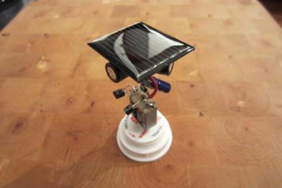 crisstel.ro Cum se construiește un Beam Bot ? Ce sunt roboții beam ? Roboții beam bot sunt roboți simpli construiți cu ajutorul circuitelor electronice analogice roboții beam nu utilizează microcontrolere sau microprocesoare să se apropie sau să se îndepărteze fată de sursa de lumină să se apropie sau să se îndepărteze fată de sursa de sunet să se apropie sau să se îndepărteze fată de sursa radio să se apropie sau să se îndepărteze față de sursa de căldură Pentru a construi un robot beam ca în tutorialul de mai jos vei avea nevoie de: un motor de curent continuu un LED 3 condensatori electrolitici tranzistoare 2N3904 și 2N3906 rezistoare o celula solara și o sârma din aluminiu Un alt tip de robot este cel care răspunde la prezenta sau lipsa luminii Robotul descris în tutorialul de mai jos are la baza un circuit integrat LM386 care comanda cele 2 motorașe în funcție de nivelul luminii
