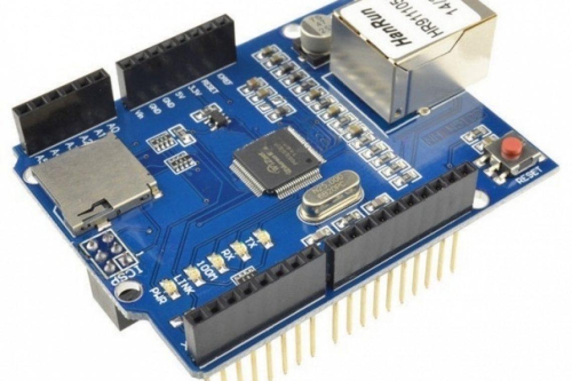Ethernet Shield Arduino se poate conecta la Internet exact ca un PC obișnuit. Poate funcționa în regim de client (accesând alte site-uri web din Internet așa cum faci tu când navighezi pe Internet) sau poate funcționa în regim de server web poți face ca Arduino împreună cu Ethernet Shield să citească date de la senzori de mediu serviciu dedicat pentru culegere și stocare de date de la senzori poți folosi un senzor de umiditate montat într-un ghiveci Arduino îți va trimite mesaje pe Twitter spațiu comun în care se pătrunde pe baza de card-uri RFID poți face ca Arduino să se conecteze la serverul weather.com HTML este un mod de reprezentare a informației vizuale Poți vedea exact codul HTML al unei pagini dacă folosești opțiunea